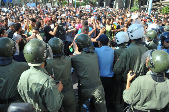 मोहमंद पैगंबरांचा अपमान केल्याच्या निषेधार्थ  कॅसेबलॅका येथे अमेरिकन दूतावासमोर हजारोंच्या संख्येने मुस्लिमांनी आंदोलन केले.  आंदोलनकर्त्यांना थोपवताना पोलिस.
