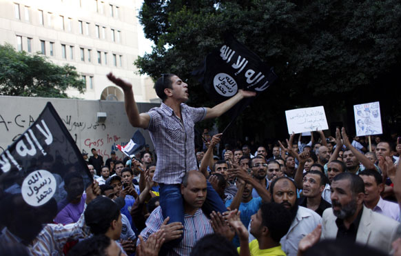 मोहमंद पैगंबरांचा अपमान केल्याच्या निषेधार्थ  इजिप्तमध्ये अमेरिकन दूतावासमोर हजारोंच्या संख्येने मुस्लिमांनी आंदोलन केले.