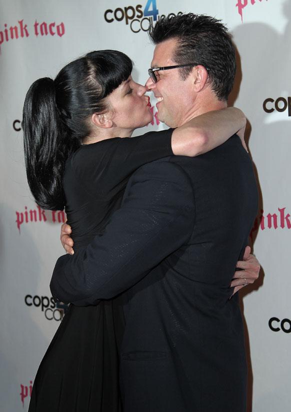 अभिनेत्री पॉली पेरेटे थोमस आर्कलीला किस करताना