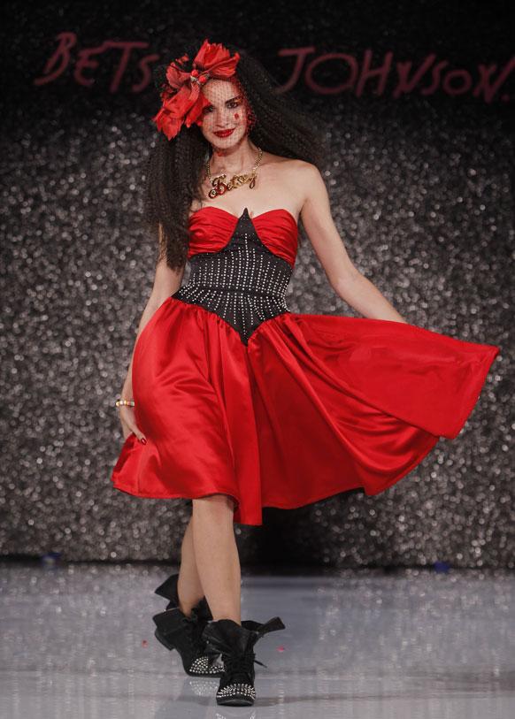 न्यू यॉर्कच्या फॅशन वीकमध्ये एक मॉडेल