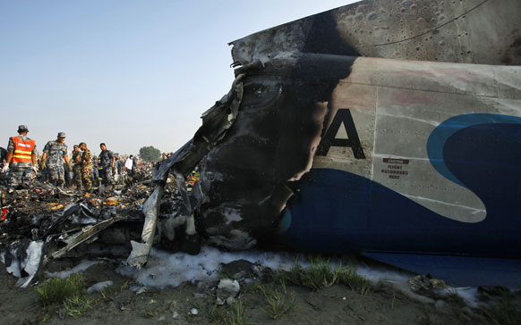 काठमांडू येथे विमानाचा असा चक्काचूर झाला.