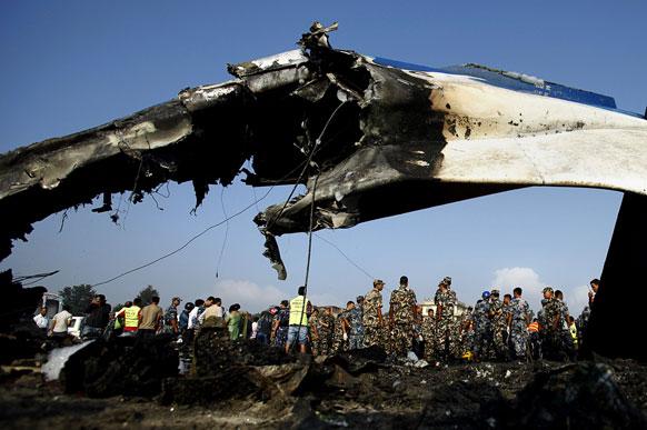 नेपाळ विमान अपघातातील एक दृश्य