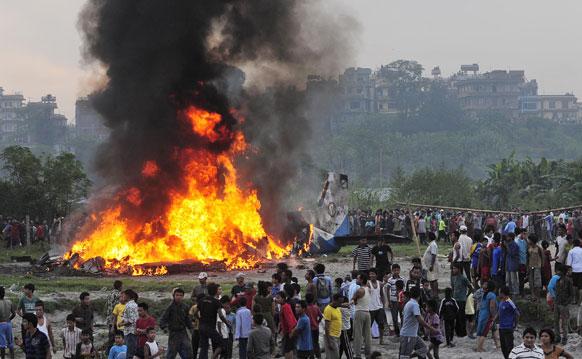 नेपाळमधील काठमांडू येथील अपघातात विमानाला लागलेली आग
