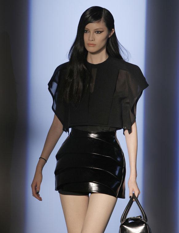 पॅरीसमध्ये फॅशन डिझायनर निकोला हिच्या एका कार्यक्रमात एक मॉडल