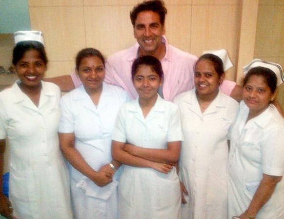 मुलगी झाल्यानंतर मुंबईतील ब्रीच कँडी हॉस्पिटमध्ये नर्ससोबत हास्यवदन करताना अक्षय कुमार
