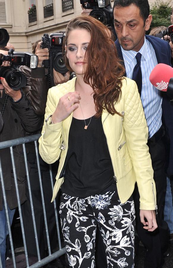 पॅरीसमध्ये वसंत समरसाठी भरविण्यात येणाऱ्या प्रदर्शनासाठी जाताना अमेरिकी अभिनेत्री क्रिस्टन स्टीवर्ट