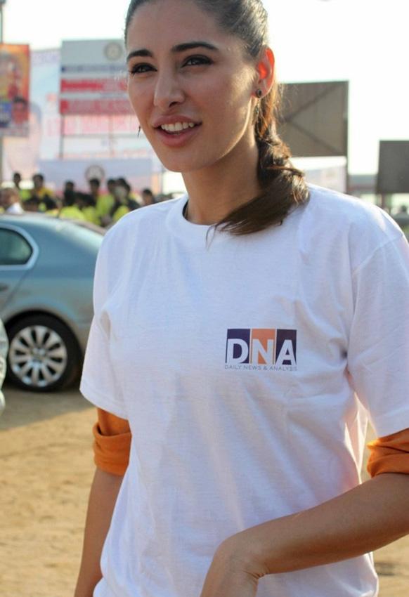 'डीएनए'च्या स्वच्छता मोहिमेत सहभागी झालेली नर्गिस फाकरी...