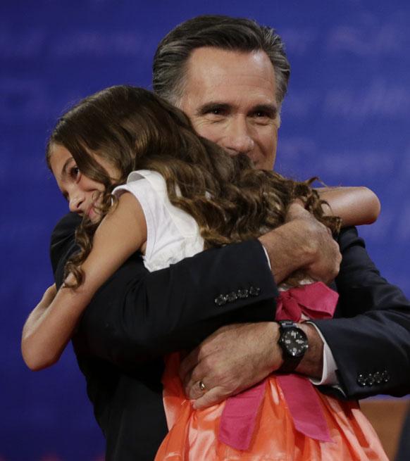रिपब्लिकन अध्यक्ष मीट रॉम्नी यांना मिठी मारताना त्यांची मुलगी
