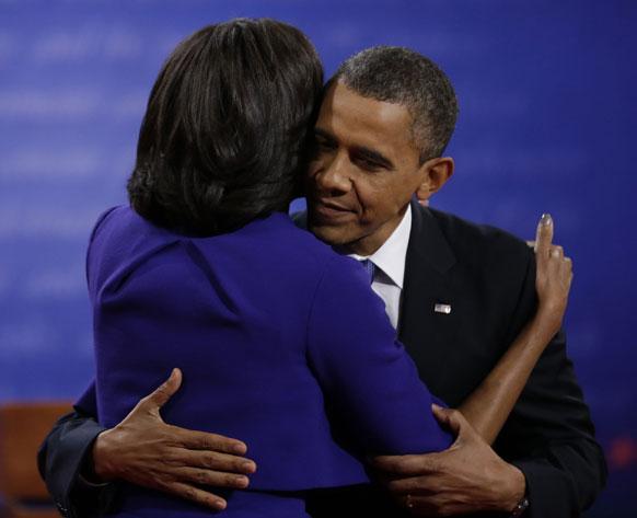मिशेल ओबामा यांनी पती बराक यांना दिलेले आलिंगन