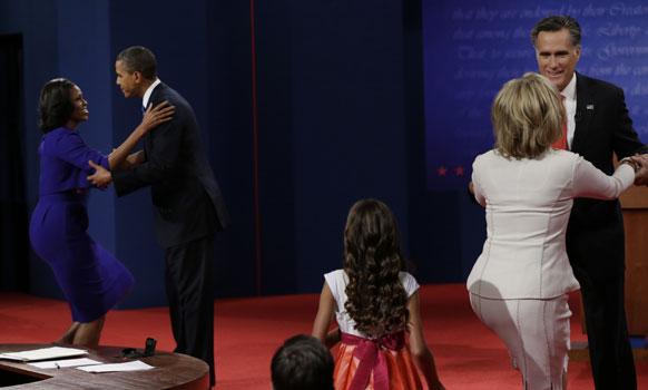 रिपब्लिकन अध्यक्ष मीट रॉम्नी आणि अध्यक्ष बराक ओबामा यांच्यातील जाहीर वादाच्या आधी दोघांच्या पत्नींनी शुभेच्छा दिल्या.