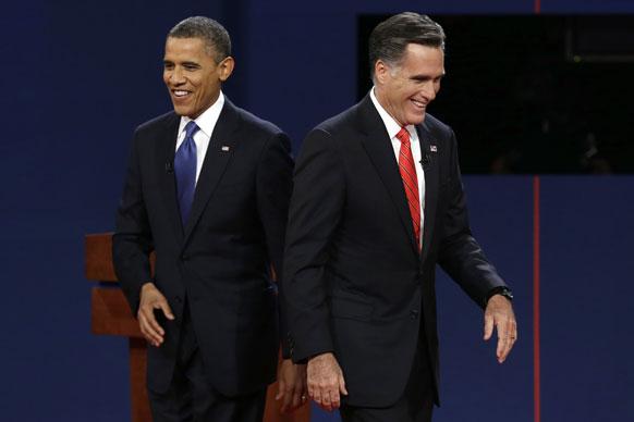रिपब्लिकन अध्यक्ष मीट रॉम्नी आणि अध्यक्ष बराक ओबामा यांच्यातील जाहीर वाद सुरू होण्यापूर्वी डायसवर जाताना