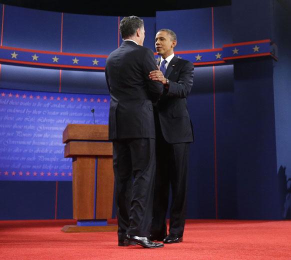 रिपब्लिकन अध्यक्ष मीट रॉम्नी आणि अध्यक्ष बराक ओबामा निवडणुकीपूर्वी आलिंगन देताना