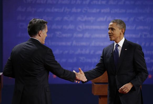 बराक ओबामा- मीट रॉम्नी हस्तांदोलन करताना