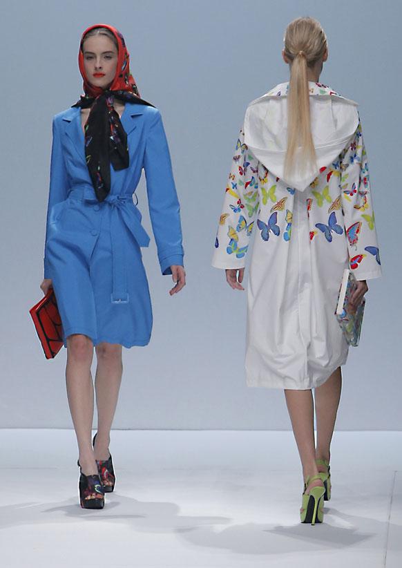 पॅरिस समर फॅशन वीकमध्ये मॉडेल