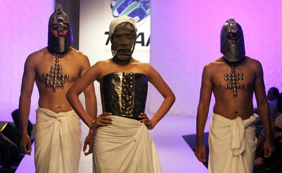 कराचीमधील फॅशन शोमधील अमीन गुलगी या फॅशन डिझायनरचे कॉश्चुम्स घातलेले मॉडेल्स