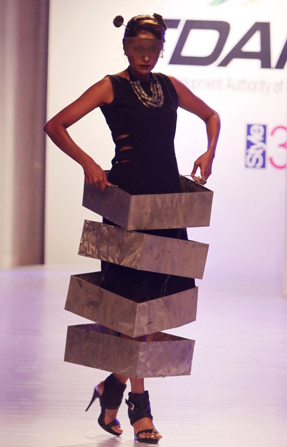 कराचीमधील फॅशन शोमधील अमीन गुलगी या फॅशन डिझायनरचे कॉश्चुम्स घातलेली मॉडेल