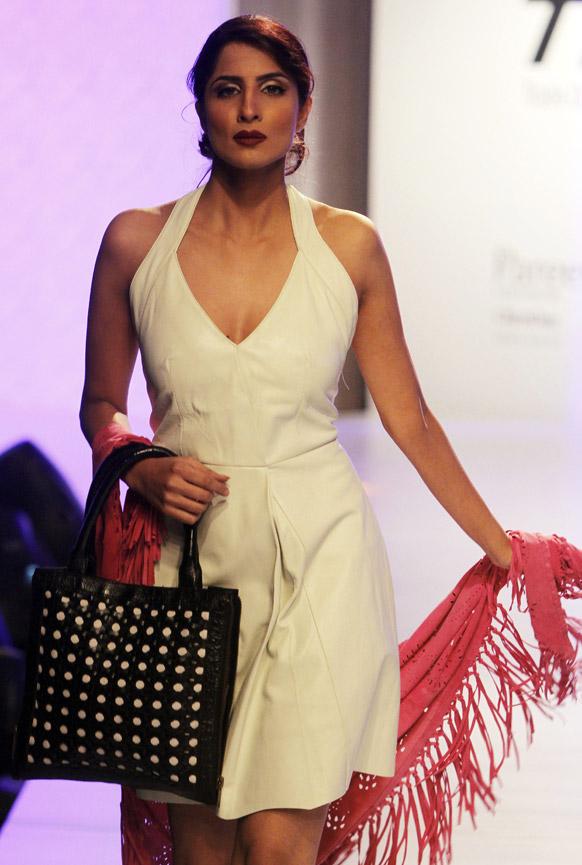 कराचीमधील फॅशन शोमधील अदनान परदेसी या फॅशन डिझायनरचे कॉश्चुम्स घातलेली मॉडेल