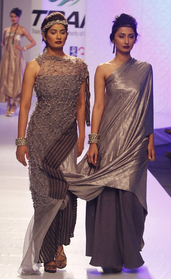 कराचीमधील फॅशन शोमधील सोनिया बाटला या फॅशन डिझायनरचे कॉश्चुम्स घातलेले मॉडेल्स