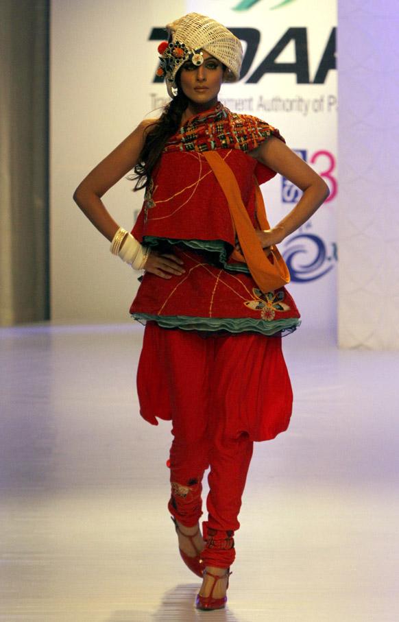 कराचीमधील फॅशन शोमधील मॉडेल