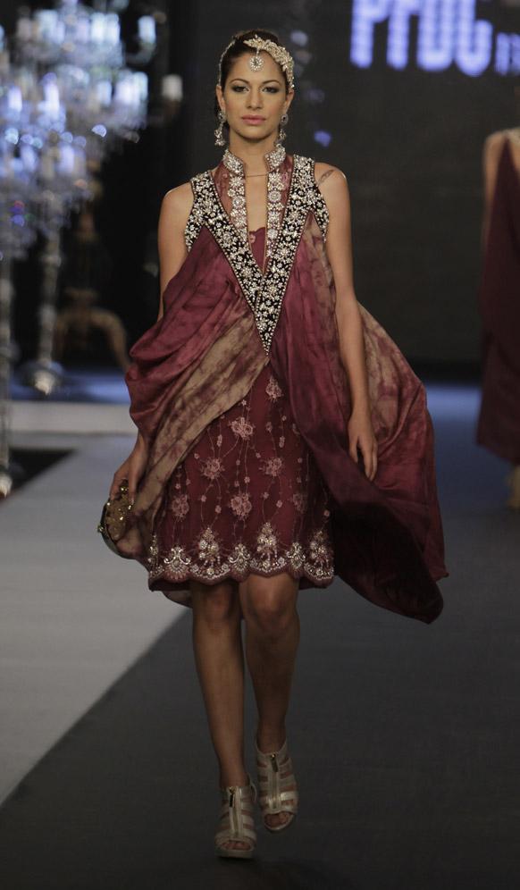 कराचीमधील फॅशन शोमधील निकी नीना या फॅशन डिझायनरचे कॉश्चुम्स घातलेली मॉडेल