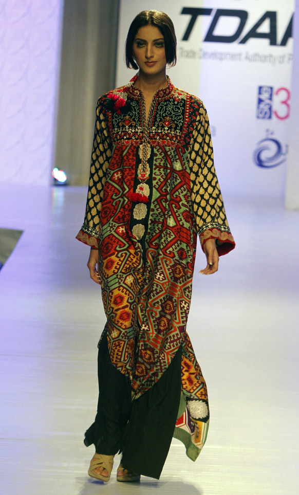 कराचीमधील फॅशन शोमधील फैजा सामी या फॅशन डिझायनरचे कॉश्चुम्स घातलेली मॉडेल