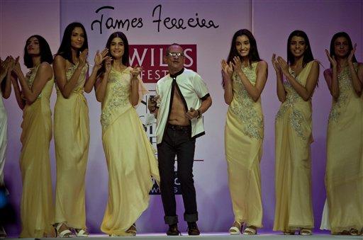 नवी दिल्ली येथे भरविण्यात आलेल्या  इंडिया फॅशन वीकमध्ये मॉडेल. हे प्रदर्शन नचिकेत बर्वे याच्या संकल्पनेतून साकार झाले आहे.
