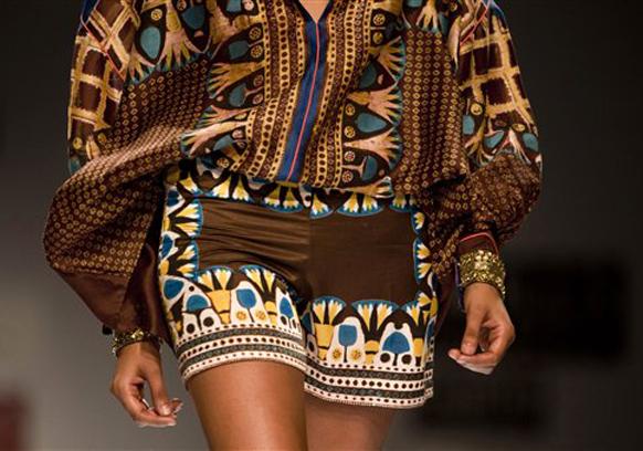 इंडिया फॅशन वीकमध्ये मॉडेल