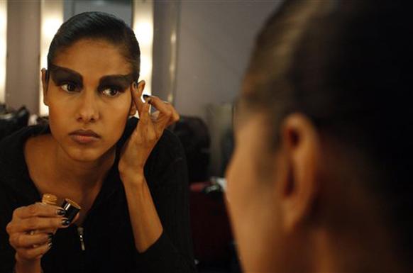 नवी दिल्ली येथे भरविण्यात आलेल्या  इंडिया फॅशन वीकमध्ये मेकअप करताना मॉडेल