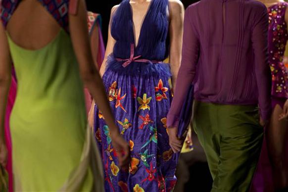 इंडिया फॅशन वीकमध्ये विविध पेहराव पाहायला मिळालेत.