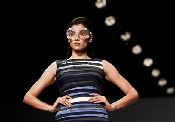 इंडिया फॅशन वीकमधील एक मॉडेल