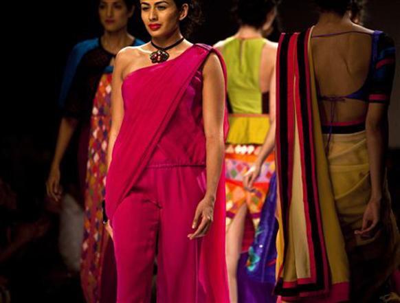 नवी दिल्लीतील इंडिया फॅशन वीकमध्ये प्रदर्शनात मॉडेल