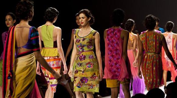 नचिकेत बर्वे याच्या संकल्पनेतून साकारलेले नवी दिल्लीतील इंडिया फॅशन वीक