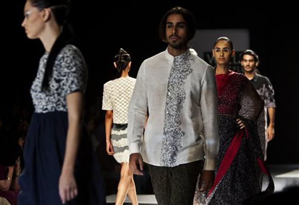 नचिकेत बर्वे याच्या संकल्पनेतून भरविण्यात आलेल्या इंडिया फॉशन वीकमध्ये स्त्री-पुरूष मॉडेल