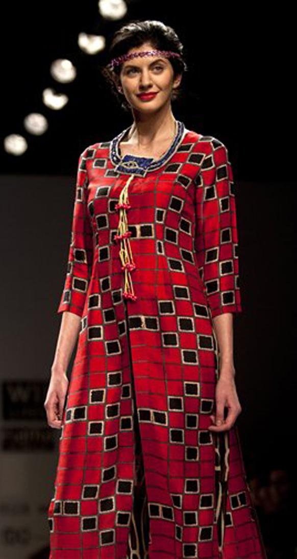 नवी दिल्ली येथे भरविण्यात आलेल्या  इंडिया फॅशन वीकमध्ये लाल रंगाचा ड्रेस परिधान केलेली मॉडेल