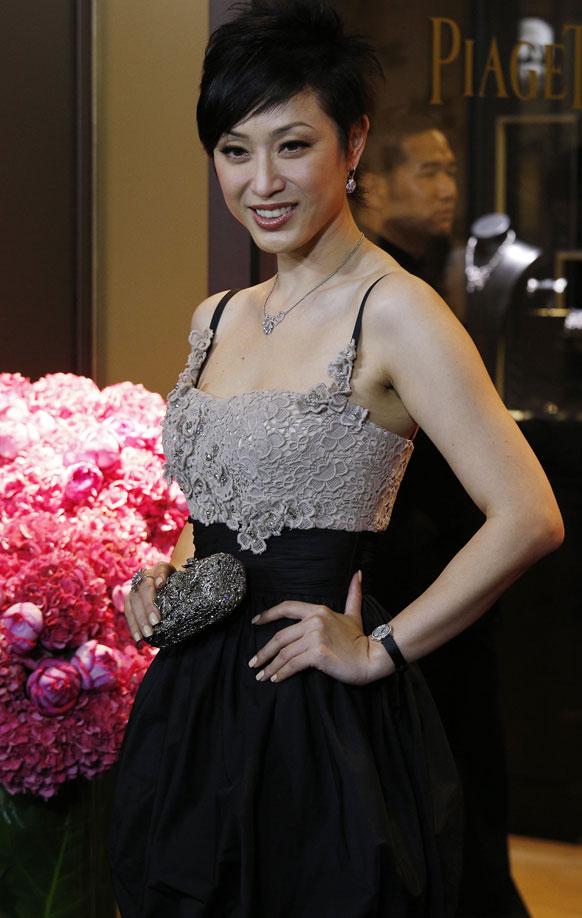 हॉगकाँग येथील एका स्टोअर्सचे उद्घाटन कराना माजी मिस हॉगकाँग मोनिका चॅन