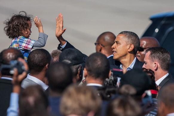अमेरिकेचे अध्यक्ष बराक ओबामा विमानतळावर आले असताना चिमुरड्याने असे स्वागत केले.