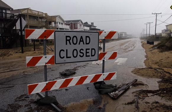 समुद्रात दैत्यकाय लाटा निर्माण झाल्यात. त्यामुळे समुद्राजवळील रस्ते बंद ठेवण्यात आले आहेत.
