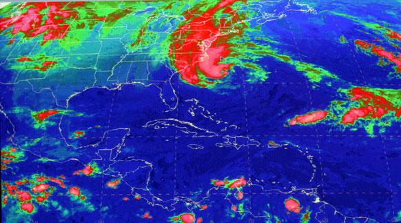 अमेरिकेच्या किनारपट्टी भागात सॅन्डी वादळ धडकणार आहे. त्याचा उपग्रहाव्दारे घेतलेले छायाचित्र.