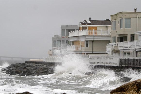 अमेरिकेच्या किनारपट्टी भागात सॅन्डी वादळ धडकणार आहेत. या वादळाचे संकेत म्हणून तुफानी वारे वाहू लागलेत. तर समुद्रही खवळलाय. समुद्रात दैत्यकाय लाटा निर्माण झाल्यात.