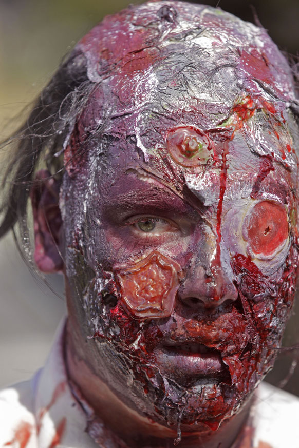 दक्षिण आफ्रिकेमध्ये रक्ताळलेला मुखवटा लावून फिरणारा माणूस