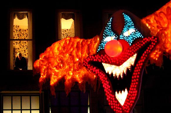 हॅलोवीन परेड बघत उभा असलेला माणूस
