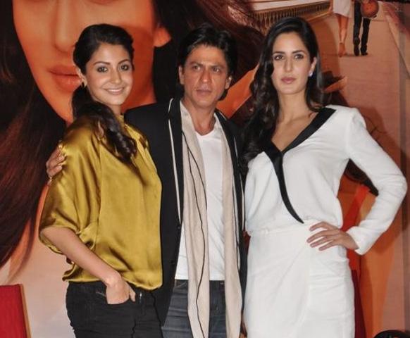 मुंबईत घेतलेल्या प्रेस कॉनफरन्समध्ये 'जब तक है जान' चित्रपटाचं प्रमोशन करताना अनुष्का शर्मा, शाहरूख खान, आणि कतरिना कैफ. -सौजन्य पिकव्हिला