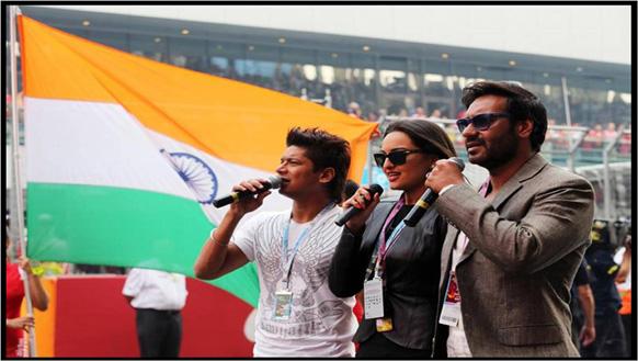 एफ वन रेसला सुरूवात होण्यापूर्वी गायक शान, सोनाक्षी सिन्हा,अजय देवगण यांनी राष्ट्रगीत गाऊन राष्ट्रध्वजाला मानवंदना दिली.
