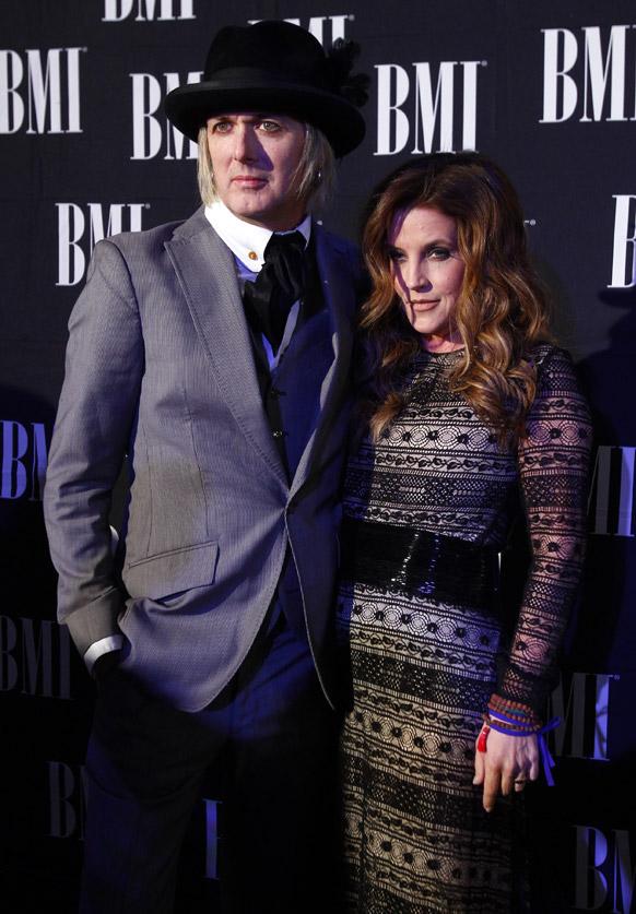 लिसा मॅरी प्रेस्ली आणि मायकेल लॉकहूड ही जोडी बीएमआई देशाच्या पुरस्कार कार्यक्रमाला हजेरी लावली.