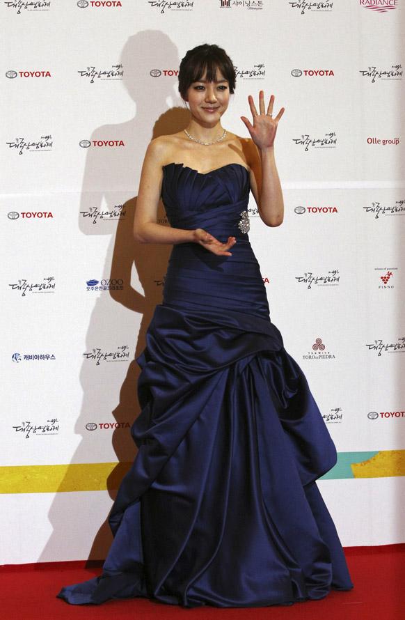 साऊत कोरियन अभिनेत्री लीम सू जंग हिने मीडियाला असे पोझ दिली. ती सेऊनमध्ये एका फिल्म फेस्टीव्हलसाठी आली होती.