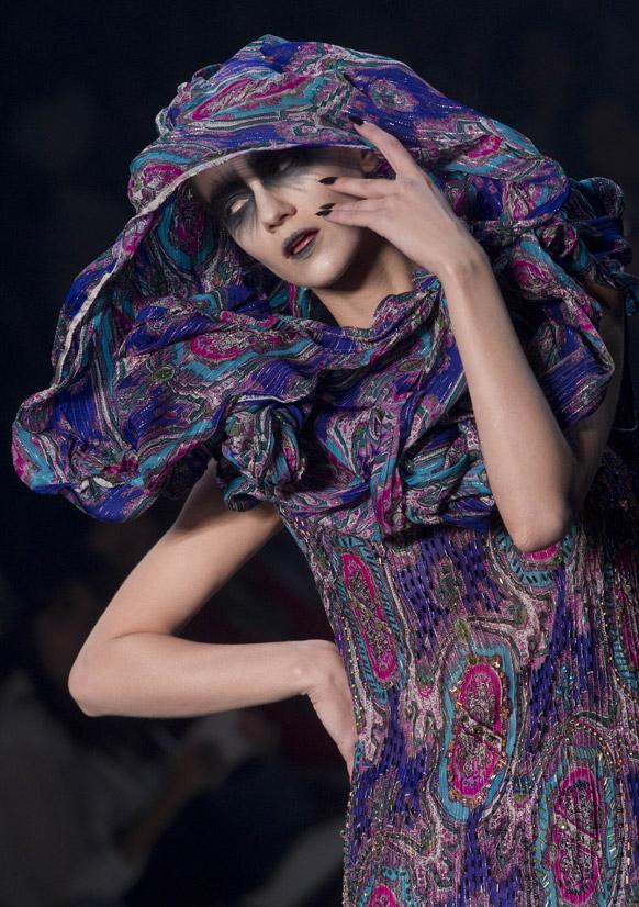 शिशीर ऋतुचे आगमन होत असल्याने साओ पाओलो फॅशन वीकमध्ये एक मॉडेल उबदार कपड्यातील पेहरावात.