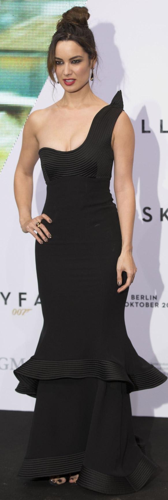 फ्रेंच अभिनेत्री बेरेनीस मारलोहे छायाचित्रकारांना अशी पोझ दिली. जेम्स बॉण्डची फिल्म बर्लिनमध्ये स्कायफॉलच्या प्रिमिअरसाठी ती आली होती.