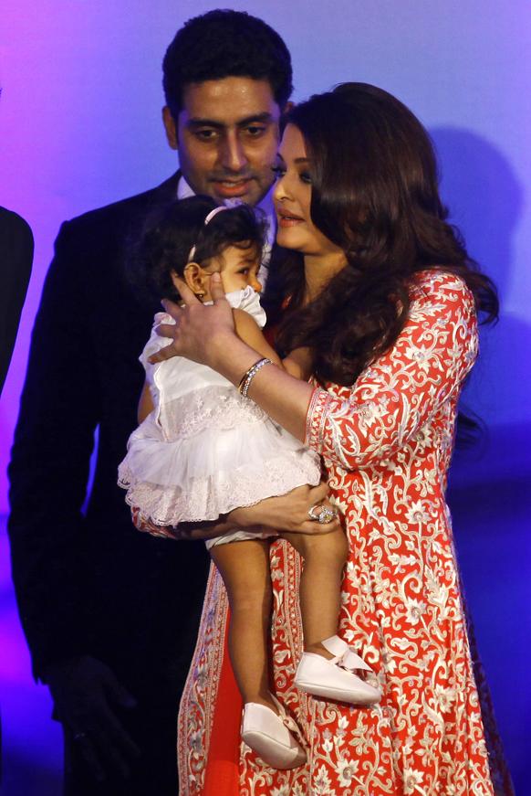 ऐश्वर्या राय, अभिषेक बच्चन आणि आराध्या बच्चन हे फ्रेंच पुरस्कार सोहळ्यात उपस्थित होते तो क्षण