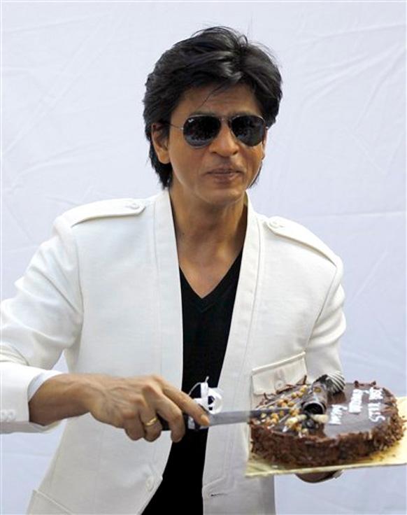 शाहरूख खानने वाढदिवशी केक हातात धरून  पत्रकारांसाठी दिलेली ही  पोझ.
