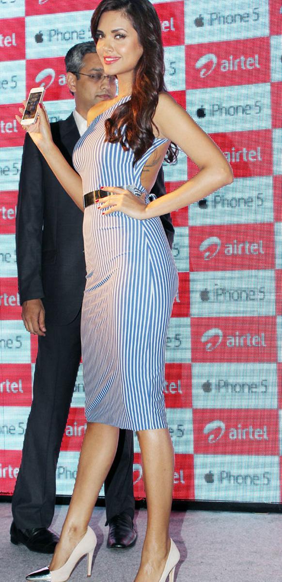 एका इव्हेंटमध्ये मॉडेल आणि अभिनेत्री ईषा गुप्ताने भारतात 'आयफोन ५' लाँच केला.